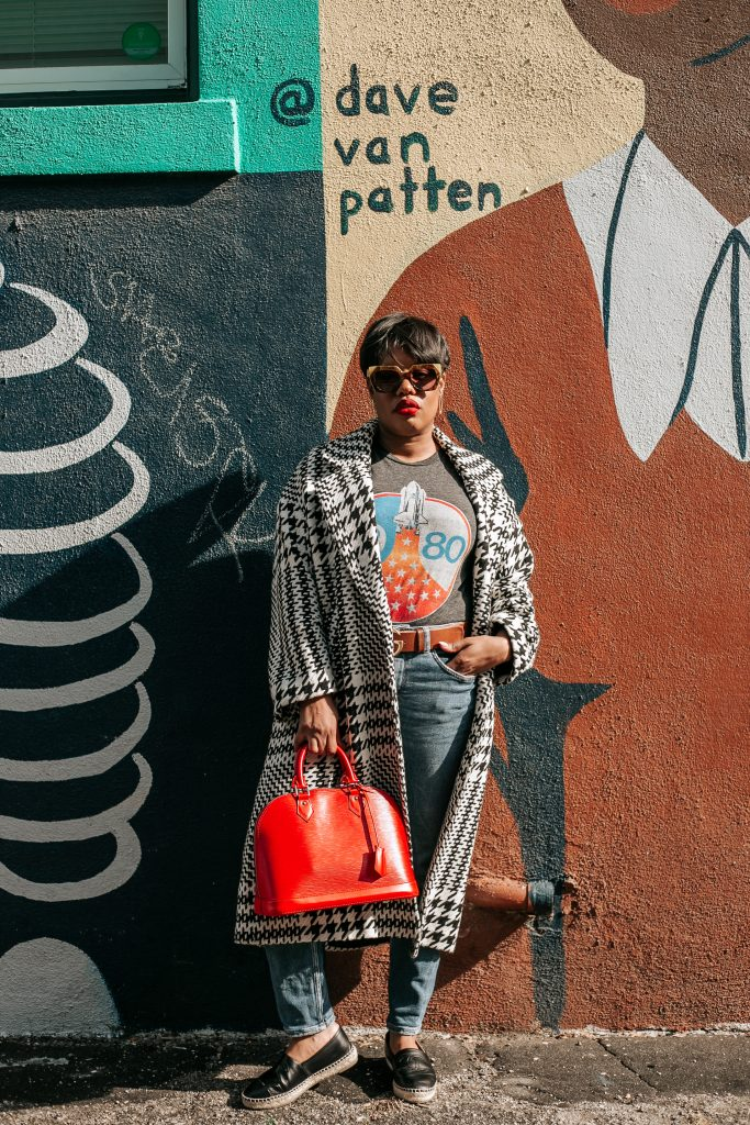 Blogger Leslie Antonoff stands along painted wall in Long Beach, CA